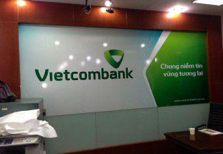 Thiết kế và thi công biển quảng cáo ra mắt logo mới ngân hàng Vietcombank.