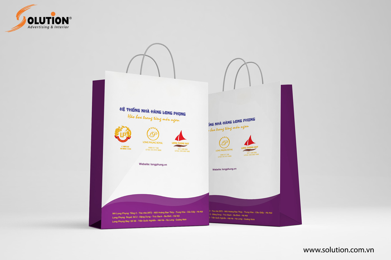 Túi giấy đựng đồ trong thiết kế nhận diện thương hiệu của Nhà hàng Long Phụng
