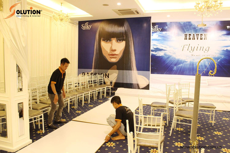 Nhân viên kỹ thuật Solution đang tiến hành kiểm tra sàn sân khấu cho sự kiện giới thiệu sản phẩm Heaven Flying