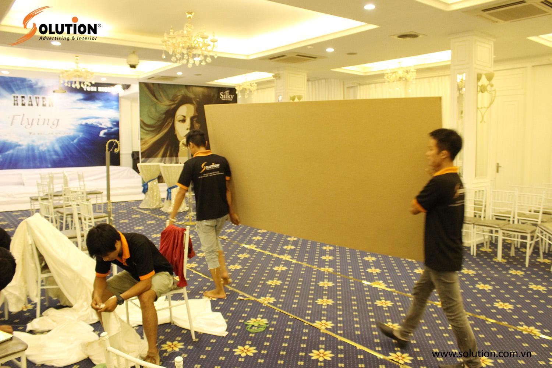 Nhân viên kỹ thuật Solution đang tiến hành thi công sàn diễn catwalk cho người mẫu