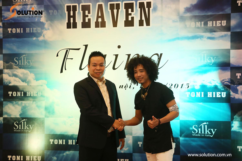 Ông Minh ( bên phải ) là GĐ Silky chi nhánh miền Bắc chụp ảnh cùng nhà tạ mẫu tóc nổi tiếng Toni Hiếu