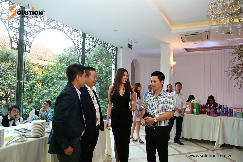 Khách mời tham gia sự kiện còn có sự góp mặt của CEO Solution ông Chu Văn Vỹ và PGĐ Solution bà Hoàng Diệp Chi