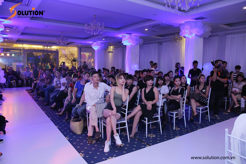 Khách mời tham gia sự kiện giới thiệu bộ sưu tập thời trang tóc của nhà tạo mẫu Toni Hiếu đang dần ổn định chỗ ngồi