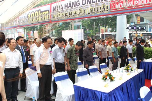 Đại biểu tham gia buổi lễ giành 1 phút mặc niệm Đại tướng Võ Nguyên Giáp