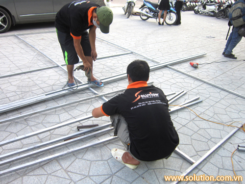 Nhân viên kỹ thuật của Solution đang bắt đầu dựng sân khấu cho buổi lễ