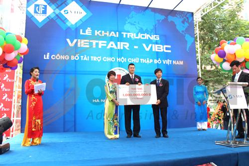 Tại buổi lễ khai trương VIBC tài trợ cho hội chữ thập đỏ 1 tỷ đồng