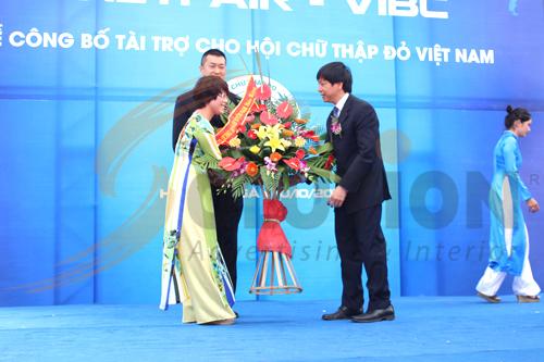 Rất nhiều doanh nghiệp trao lẵng hoa mừng lễ khai trương của VIBC