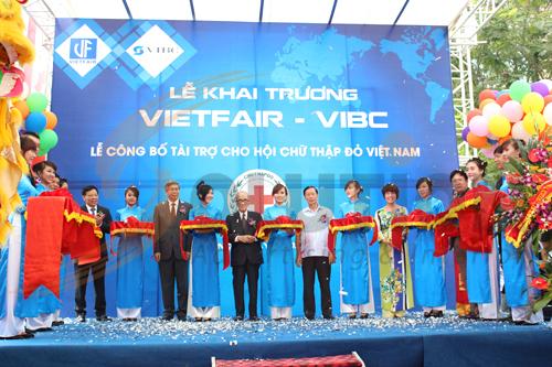 Khách mời và ban lãnh đạo công ty VIBC chụp ảnh lưu niệm