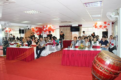 Các khách mời đang dần ổn định chỗ ngồi để buổi tổ chức khai trương được trang trọng