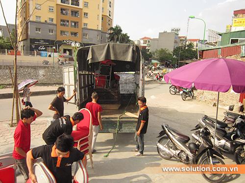 Nhân viên kỹ thuật Solution đang vận chuyển dụng cụ phục vụ cho tổ chức lễ khai trương