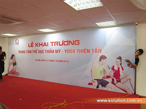 Nhân viên Solution đang tiến hành trang trí sân khấu hội trường tổ chức lễ khai trương của công ty Thiên Tân