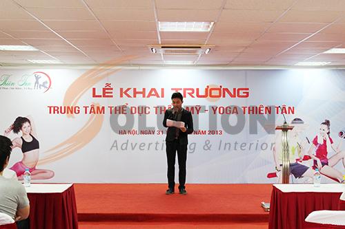 MC đang đọc bài giới thiệu về trung tâm thẩm mỹ Thiên Tân